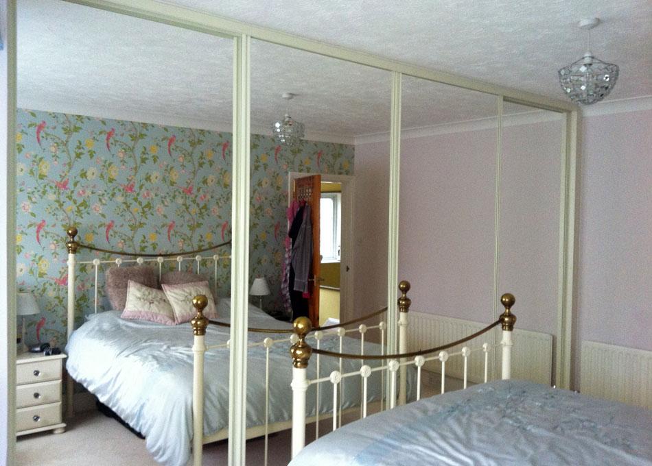 Mirror wardrobe with vanilla frame